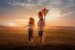 Leinwandbild Motiv familie rennt und lässt drachen steigen