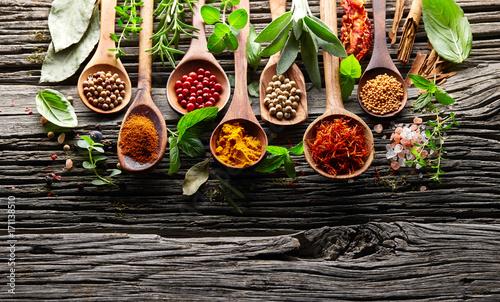 ziola-i-przyprawy-na-drewnianym
