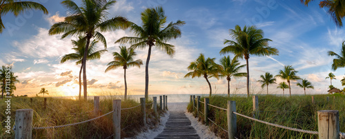 Spoed Foto op Canvas Palm boom Panorama view of footbridge to the Smathers beach at sunrise - Key West, Florida.