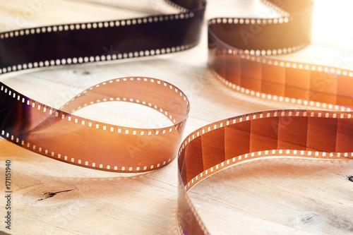 tasmy-filmowe-na-drewnianym-tle-oswietlone-blaskiem-slonca