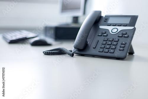 Fotografía  Arbeitsplatz mit Telefon, Computer im Hintergrund