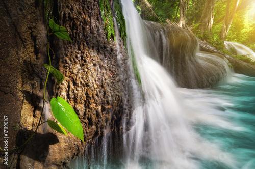 wodospad-pha-tad-w-blasku-slonca-tajlandia