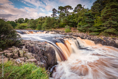 In de dag Noord Europa River Tees cascades over Low Force / The River Tees cascades over the Whin Sill at Low Force Waterfall, as the Pennine Way follows the southern riverbank