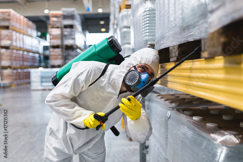 Fotografía  Pest Control Worker Hand Holding Sprayer For Spraying Pesticides in production o