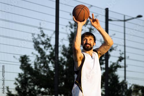 Fotografiet  playing basketball player