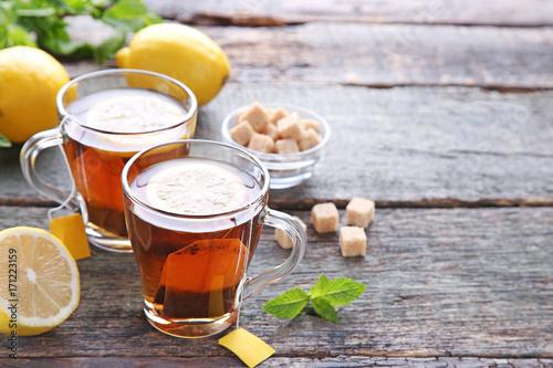 Zdjęcie XXL Filiżanka herbata z teabag i cytryną na drewnianym stole