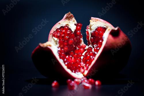 rozkrojony-owoc-granatu-na-ciemnym-tle