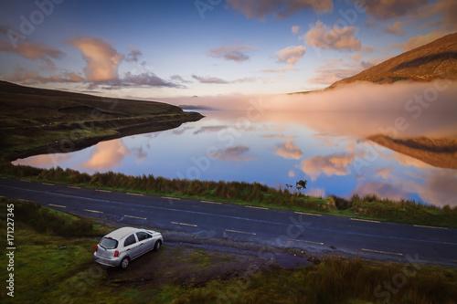 Fotografia, Obraz  Route du Connemara tôt le matin. Destination de voyage en Irlande