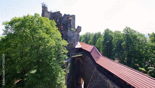 Mury oraz ruiny wieży zabytkowego zamku Grodziec - perełka późnogotyckiej architektury
