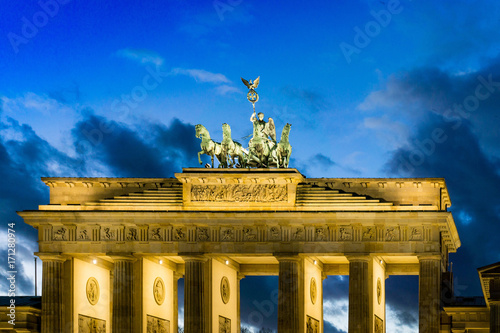 Zdjęcie XXL BERLIN, NIEMCY-grudnia 24, 2016: Brama Brandenburska (Brandenburger Tor) słynny punkt orientacyjny w Berlinie, Niemcy, przebudowany w końcu XVIII wieku jako neoklasycystyczny łuk triumfalny w Berlinie