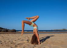 Braungebranntes Sportliches Mädchen Macht Yoga Am Strand Vor Strahlend Blauem Himmel