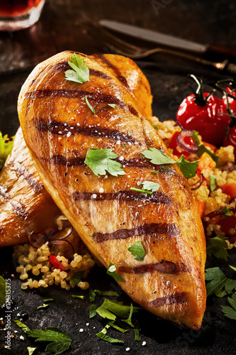 Fotomural  Grilled chicken breast with parsley