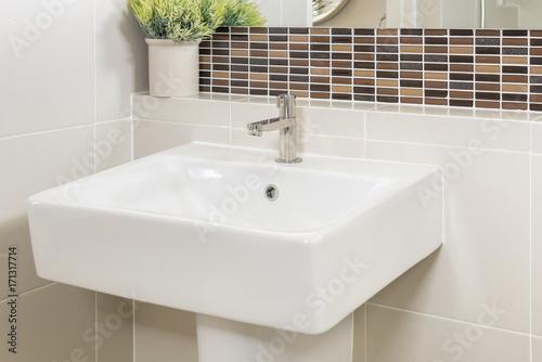 Fotografia  sink and faucet in bathroom