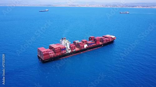 Obraz na płótnie duży ogromny kontenerowiec w pełni załadowany na morzu strzał antenowy