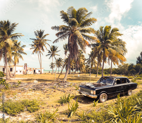 фотография  Oldtimer at the beach of Cayo Jutias on Cuba