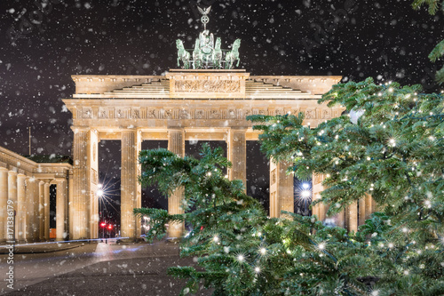 Zdjęcie XXL Brandeburger Tor w Berlin przy nocą z Bożenarodzeniową jodły gałąź i opadem śniegu