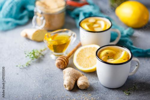 filizanki-imbirowej-herbaty-z-miodem-i-cytryna-na-stole