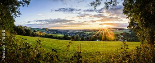 Foto op Aluminium Blauwe hemel Dorf Stadt Landschaft im Erzgebirge Sonnenuntergang