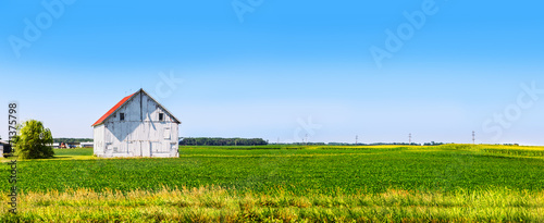 Photo Panoramic farmland with white barn