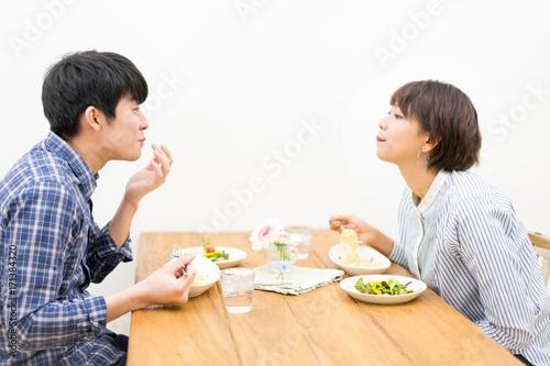 Fotografie, Tablou  幸せなカップルの食事風景