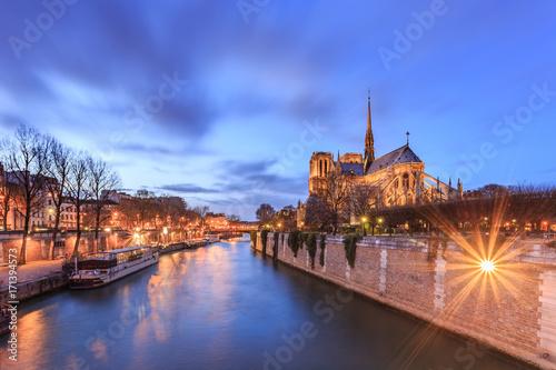 Obraz na dibondzie (fotoboard) Notre dame w Paryżu (Matki Boskiej z Paryża) o zmierzchu. Jest to średniowieczna katolicka katedra, uważana za jeden z najwspanialszych przykładów francuskiej architektury gotyckiej. Widok z Sekwany. Francja.