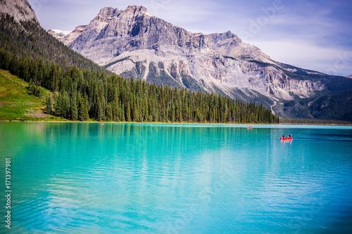 niesamowite-wody-jeziora-emerald-i-widok-na-kanadyjskie-gory