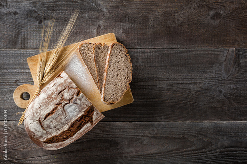 Cuadros en Lienzo Sliced baked bread on cutting board