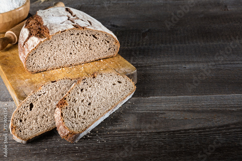 Fotomural Sliced baked bread on cutting board