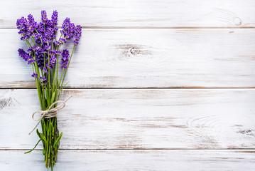 Świezi kwiaty lawendowy bukiet, odgórny widok na białym drewnianym tle Selekcyjna ostrość