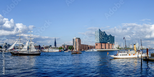 Cuadros en Lienzo Hamburg with panoramic view of the Elbphilharmonie and in the foreground sailing