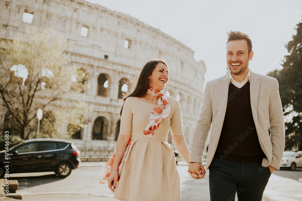 Photo  Loving couple visiting Italian famous landmarks Colosseum in Rome, Italy