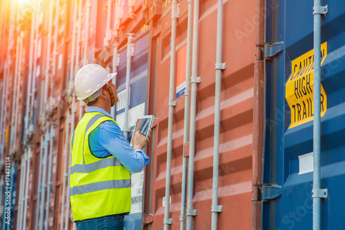 Fotomural Foreman control loading Containers box from Cargo freight ship for import export