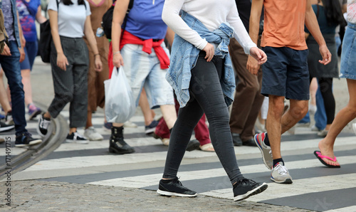 people crossing the pedestrian crossing in the busy street of th Fototapet