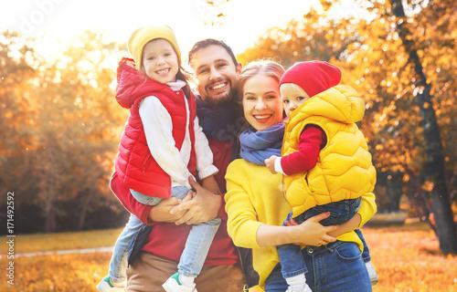 Plakat szczęśliwa rodzina matka, ojciec i dzieci na spacer jesienią
