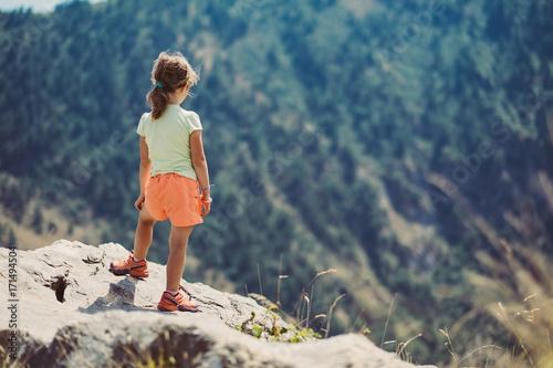 Photo Bambina in cima ad una montagna in estate