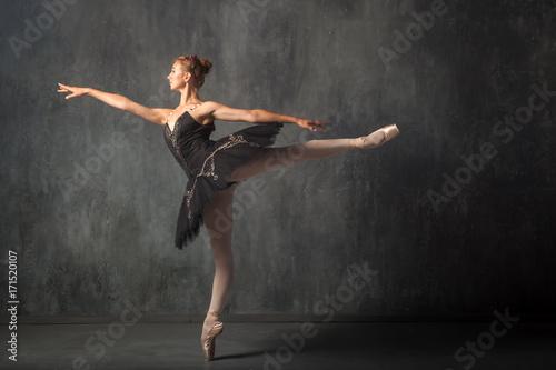 mloda-kobieta-w-pieknej-spodnicy-baletowej-w-kolorze-czarnym