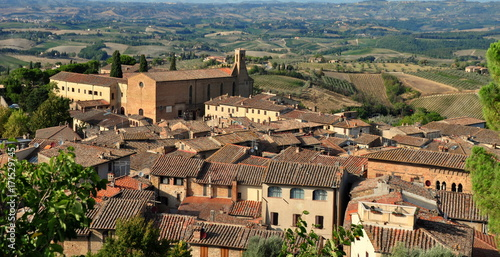 Fényképezés  Altstadt von San Gimignano mit der Landschaft der Toskana im Hintergrund