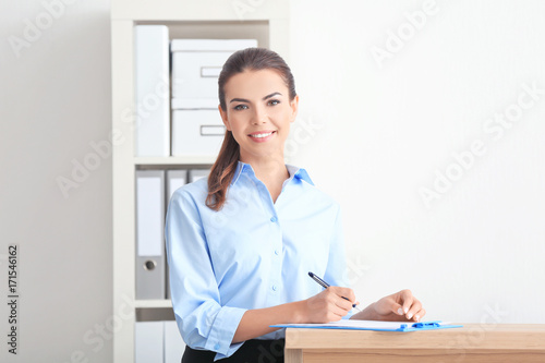 Fotografía  Young female receptionist working in office