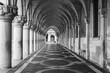 Säulengang des Dogenpalastes in Venedig