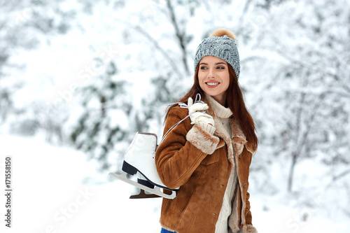 Foto op Aluminium Wintersporten beautiful young woman with ice skates go to the rink