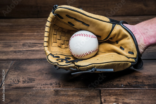 Fotografie, Obraz  baseball glove on his hand with the ball