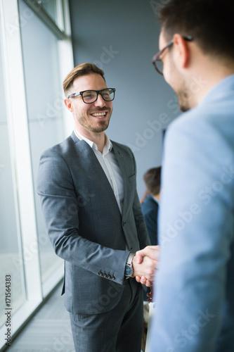 Fotografía  Business people shaking hands in modern office