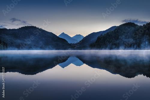 zachod-slonca-nad-jeziorem-w-gorach