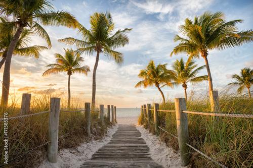Obraz Drewniana kładka na słoneczną plażę - fototapety do salonu