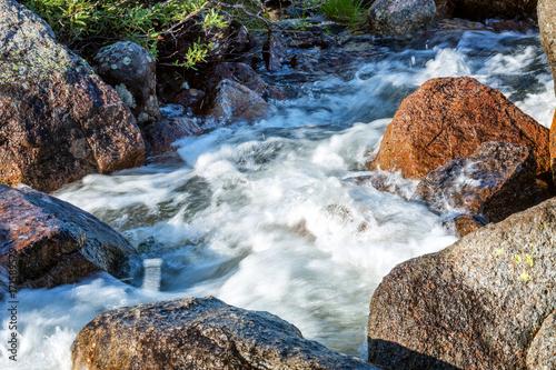 piekna-gorska-rzeka-i-duze-kamienie-na-brzegu