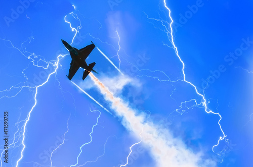 Photo Combat fighter jet against the sky with lightning thunderstorms at night