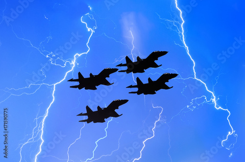 Photo Group of combat fighters jet against the background of lightning thunderstorms w