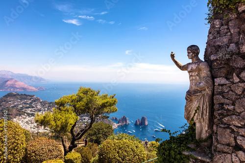 Photo  Vue sur la mer et sur  la statue de l'empereur auguste, depuis les hauteurs de M