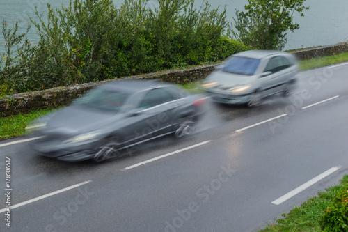 Photo  Verkehrssicherheit Drängler bei nasser Fahrbahn auf der Landstraße - Road safety