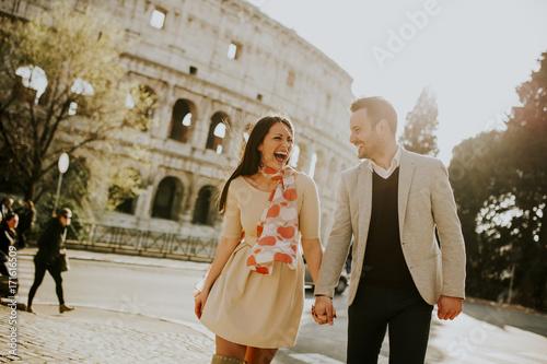 Photo  Loving couple visiting Italian famous landmarks Colosseum in Rome, Italy
